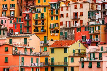 Manarola 町、チンクエ ・ テッレ、リグーリア州、イタリアのカラフルな建物 写真素材