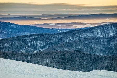 冬、美しい日の出のビェシチャディ山脈