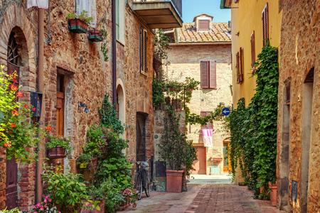 古い町、トスカーナ、イタリアの路地