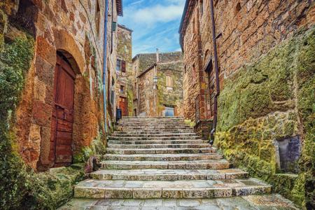 ピティリアーノ、トスカーナ、イタリアの旧市街の路地
