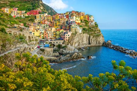 岩、チンクエ ・ テッレ、リグーリア州、イタリアのカラフルな町