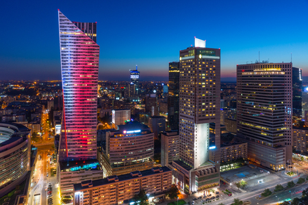 夜は、ポーランドの首都ワルシャワ市内中心部 写真素材