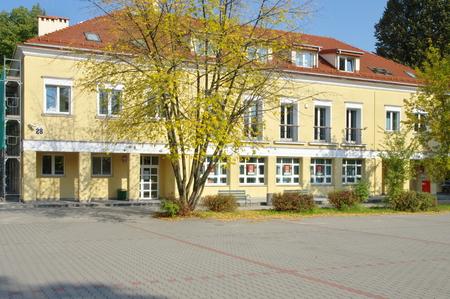 oficina antigua: Cracovia, Polonia 08 de octubre de, 2015: Nowa Huta, ex trabajador - distrito comunista de Cracovia. Distrito residencial Willowe raíces, construida en 1949-1952. La primera oficina de correos en Nowa Huta.