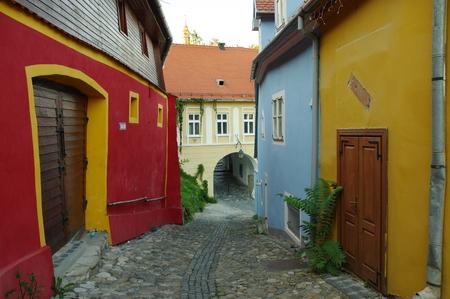 Sighisoara, Transylvania, 루마니아 -2010 년 9 월 11 일 : 중세 오래 된 마을을 선도하는로. 이 지역에 전형적인 건물들.