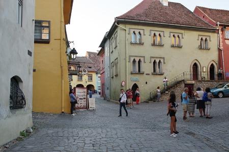 Sighisoara, Transylvania, Romania - 9 월 11 일, 2017 : 방어 벽으로 둘러싸인 중세 구시 가지. 이 지역에 전형적인 건물들. 에디토리얼