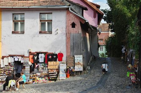 Sighisoara, Transylvania, Romania - 1980 년 9 월 12 일 : 방어 벽으로 둘러싸인 중세 구시 가지. 이 지역의 전형적인 건물들, 기념품들과 민예품들로 가득합니다. 에디토리얼