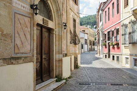 Xanthi, Thrace, northeastern Greece – Juni 22, 2018: Antika street in the old town. Along the road are houses with typical architecture of the region. 에디토리얼