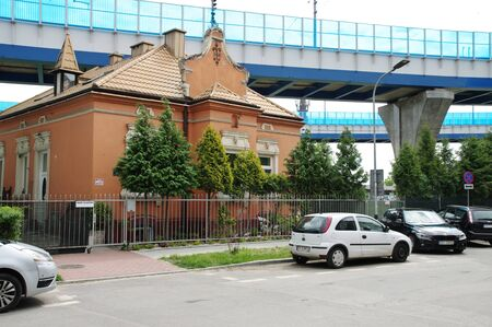 """Krakow, Poland – May 12, 2019: district of Podgórze, HetmaÅ""""ska street. You can see old tenement houses and parked cars. In the background you can see railway viaducts. 에디토리얼"""