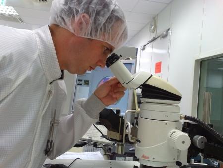 Control de calidad con un microscopio  Foto de archivo