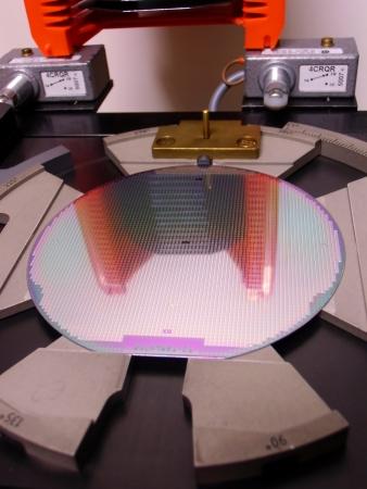 silicio: Oblea de silicona en una bandeja Foto de archivo
