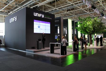 unificar: HANNOVER, Alemania - 20 de marzo: La presentaci�n de Unificar el 20 de marzo de 2015 a la expo de equipo CEBIT, Hannover, Alemania. CeBIT es la mayor exposici�n de computadora del mundo Editorial