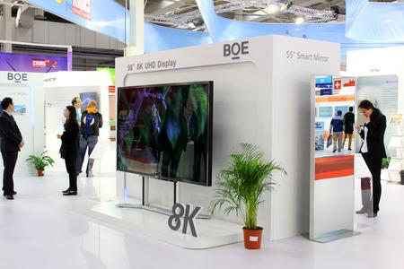 하노버, 독일 -3 월 20 일 : 하노버, 독일 세 빗 컴퓨터 박람회 2015 년 3 월 20 일에 8K UHD 디스플레이. CeBIT은 세계에서 가장 큰 컴퓨터 박람회입니다.