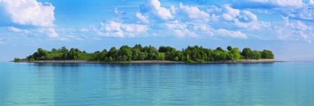 panorama beach: isola verde in un mare di acqua turchese