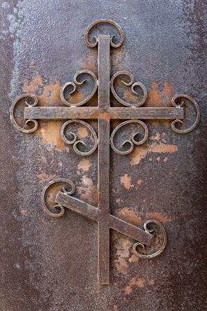 rostigen Eisenkreuz. Putilov Kirche, eine orthodoxe Kirche in St. Petersburg, Russland