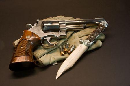 magnum: Revolver Magnum 41 avec des munitions et un couteau Bowie