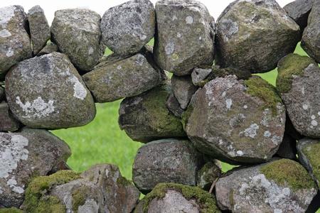 틈새가있는 돌벽 스톡 콘텐츠
