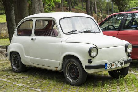 Budva, Monténégro, 29 avril 2016: Petite voiture rétro blanche dans la rue du parc Sveti Stephan