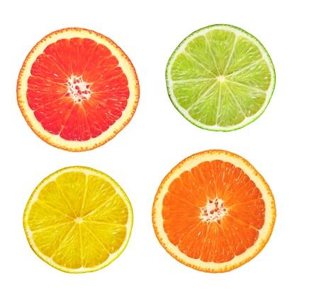 pomelo: en lonchas pomelo rosa, Lima, limón y naranja aislados en blanco Foto de archivo