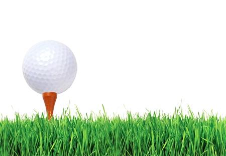 Golfbal op groen gras op witte achtergrond Stockfoto
