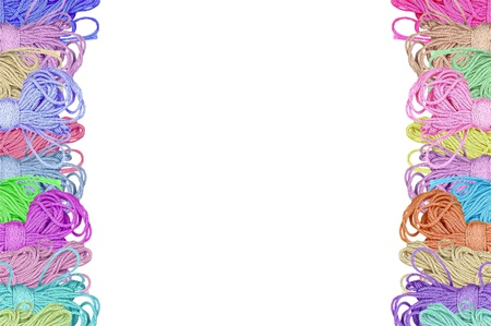 gomitoli di lana: bobine di lana colorata su sfondo bianco