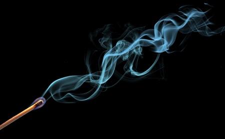 incienso: Resumen de humo sobre fondo negro
