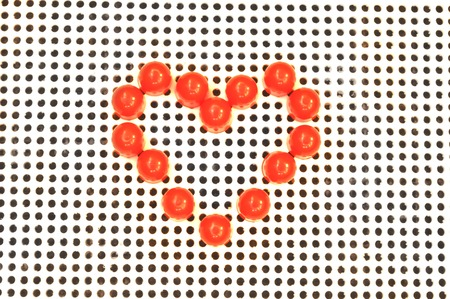 Plastik: Red heart symbol on mosaic background