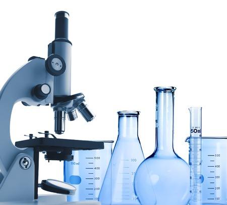 研究所金属顕微鏡と試験管白で隔離 写真素材
