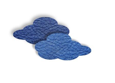 白地に水色の革雲。クラウドコンピューティングの概念。