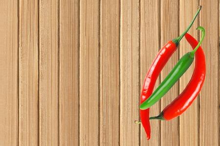 chiles picantes: Los pimientos picantes en la mesa de madera close up