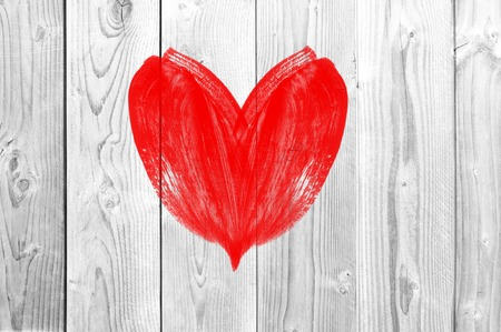 carta de amor: dibujo del corazón amor símbolo en la pared de madera blanca Foto de archivo