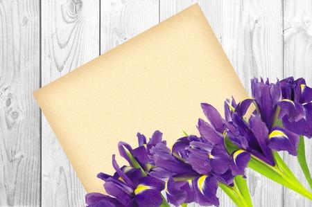 blueflag: Bandera azul o el iris de flores y tarjetas de felicitaci�n en el fondo de madera blanca