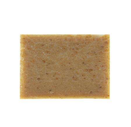jabon: barras de jabón natural con hierbas secas aislados sobre fondo blanco
