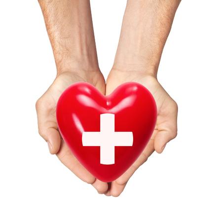 enfermedades del corazon: corazón rojo en manos del hombre aislado en fondo blanco