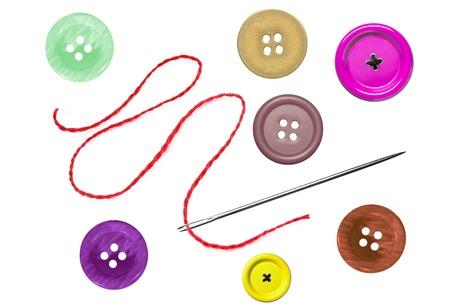 明るい縫製ボタンと白で隔離スレッドと針