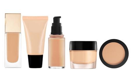 flüssige Make-up-Grundlage in der Flasche und Gesichtspuder auf weißem Hintergrund