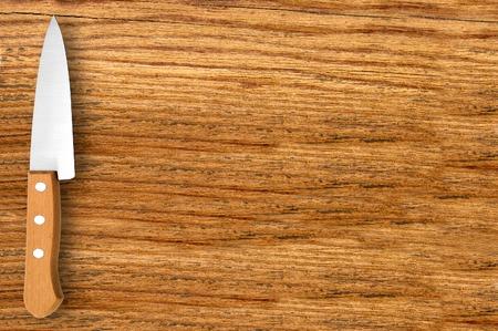 cuchillo de cocina: cuchillo de cocina a bordo de corte de madera Foto de archivo