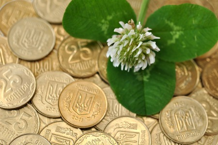 quarterfoil: green clover leaf and flower on many golden coins