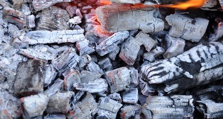 holzbriketts: BBQ Grill Pit mit glühenden Und Flaming Hot Coals, Essen Hintergrund oder Textur, Nahaufnahme, Ansicht von oben Lizenzfreie Bilder