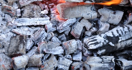 holzbriketts: BBQ Grill Pit With Glowing And Flaming Hot Coals, Food Background Or Texture, Close-Up, Top View