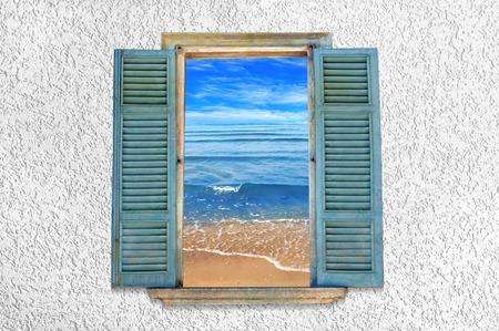 Uitzicht op de zee door het open raam. Zwarte Zee Stockfoto