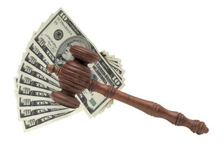 Los jueces o subastadores mazo o martillo Y el dinero grande de la pila en el banco de madera aislado en el fondo blanco. Por concepto de delitos financieros, de cerca