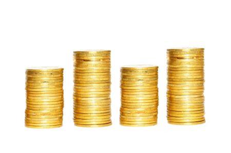 Ahorro, aumento de columnas de monedas de oro aisladas sobre fondo blanco.