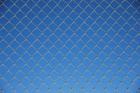 ワイヤー手前の塀にブルーの背景