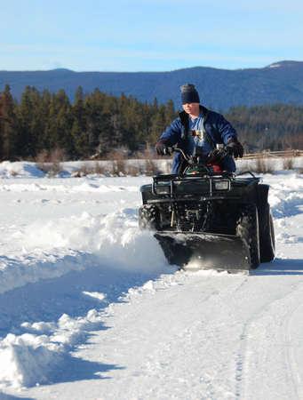 少年は、atv の雪を耕し