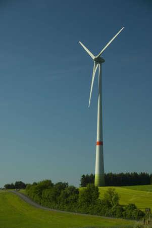 美しい夏の日に新しい風車