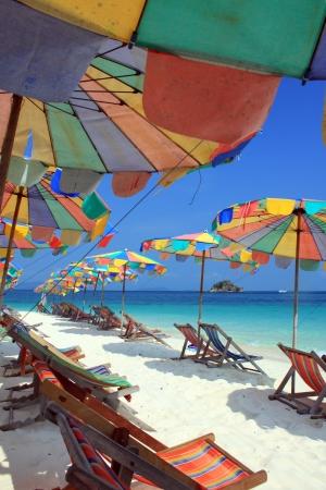ombrellone spiaggia: Sedia a sdraio e ombrellone colorato sulla spiaggia, Phuket in Thailandia