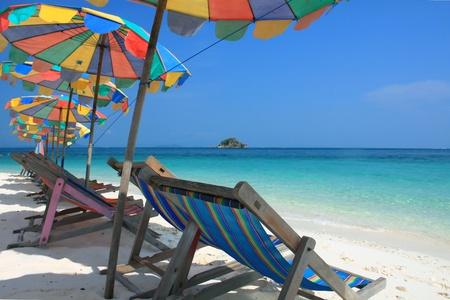 silla playa: Silla de playa y coloridos paraguas en la playa, Phuket Tailandia