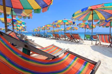 silla playa: Silla de playa y coloridos paraguas en la playa, Phuket de Tailandia