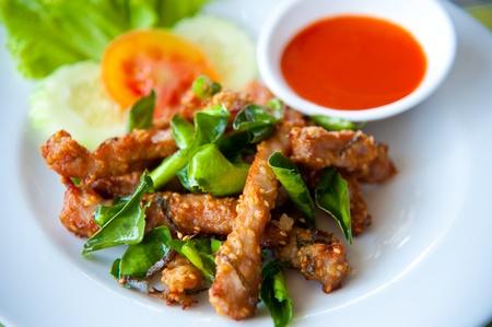 Deep fried pork with leech lime leaf and chili sauce Standard-Bild