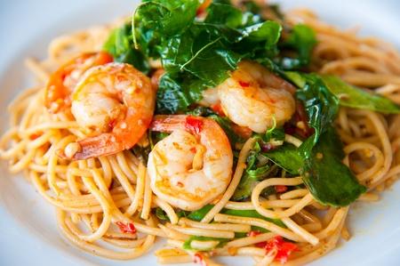 macaroni: Lekker hot and spicy spaghetti met room, kaas en peterselie close-up